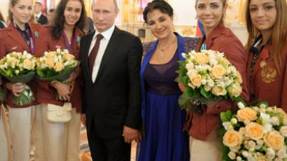 President Vladimir Putin (C) with Russia's rythmic gymnastics coach, Irina Viner, and her charges in the Aleksandr Hall of the Grand Kremlin Palace (RIA Novosti / Alexsey Druginyn)