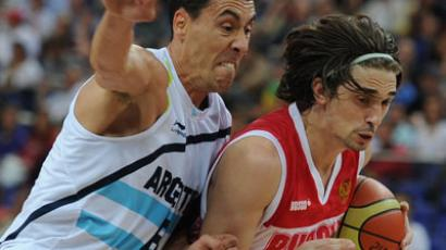 Russia's Aleksey Shved dribbles through Marcos Mata of Argentina (RIA Novosti / Alexey Filippov)
