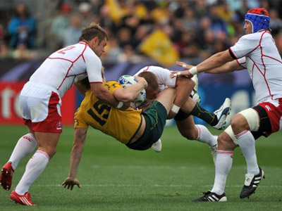 Australia's Wallabies fullback James O'Connor (C) is tackled by Russian players during the 2011 Rugby World Cup pool C match Australia vs Russia at Trafalgar Park in Nelson (AFP Photo / Christophe Simon)