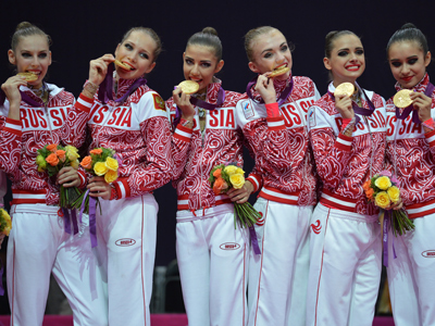 Gold medalist Team Russia celebrates on the podium of the group all-around of the rythmic gymnastics event on the final day of the London Olympic Games (AFP Photo / Ben S)