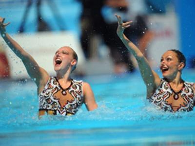 Anastasia Davydova and Svetlana Romashina (AFP Photo / Christophe Simon)