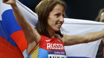 Russia's Mariya Savinova celebrates after winning the women's 800m final at the athletics event of the London 2012 Olympic Games on August 11, 2012 in London (AFP Photo / Eric Felenberg)