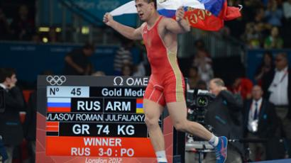 Russian wrestler Roman Vlasov, who won the gold medal, celebrates his victory in the final match of competition in Greco-Roman wrestling at the XXX summer Olympic Games in London (RIA Novosti / Vladimir Baranov)