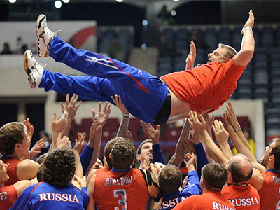 Tokyo : Russian head coach Vladimir Alekno (top) is tossed into the air by players and staff members as they celebrate their victory over Poland on the final day of the Men's World Cup volleyball tournament in Tokyo on December 4, 2011. (AFP Photo/Toru Yamanaka)