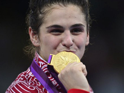 Gold medallist Russia's Natalia Vorobieva poses on the podium after the Women's 72kg Freestyle medal finals at the London 2012 Olympic Games (AFP Photo / Yuri Cortez)