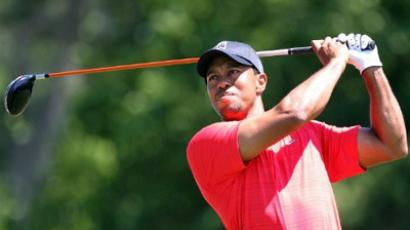 Tiger Woods plays a shot on the 4th hole during the final round of the Arnold Palmer Invitational on March 25, 2012 in Orlando, Florida (Sam Greenwood / Getty Images / AFP)