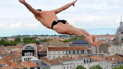 Hunt defends cliff diving crown in Boston