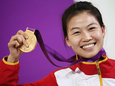 China's Yi Siling poses with her gold medal (Reuters / Kai Pfaffenbach)