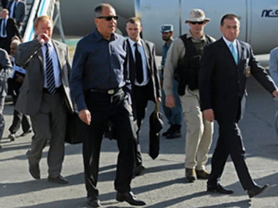 Afghanistan, Kabul : Sergey Lavrov (2nd L) arrives at the Kabul International Airport on July 20, 2010 (AFP Photo / Massoud Hossaini / Pool)