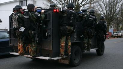 SWAT team officers leave the scene of an all night stakeout.(Reuters / Marcus Donner)