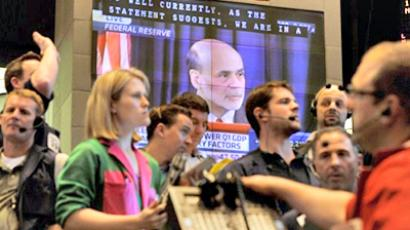 United States, Chicago : Traders buy and sell bonds as Federal Chairman Ben Bernanke is shown on a large television screen at the CME Group in Chicago on April 27, 2011. (AFP Photo / Brian Kersey)