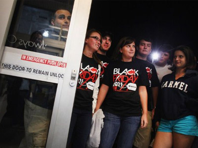 Shoppers wait to get inside of a Best Buy store. (Spencer Platt/Getty Images/AFP)