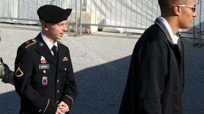 U.S. Army Private Bradley Manning (R) (AFP Photo / Alex Wong)