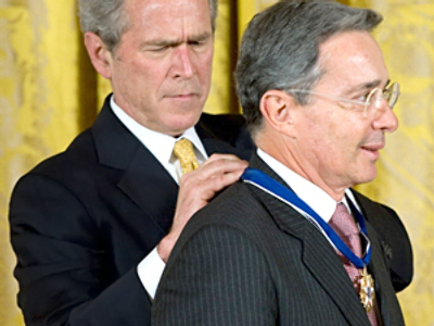 George W. Bush presents the Presidential Medal of Freedom to Colombian President Alvaro Uribe (AFP Photo / Saul Loeb)