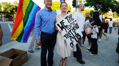 Los Angeles : LOS ANGELES, CA - AUGUST 19: Actress Amber Heard (R) holds a protest sign with Dan Choi (L) during a same-sex marriage advocates demonstration against the stay barring gay marriages on August 19, 2010 in Los Angeles, California. (Kevork Djansezian/Getty Images/AFP)