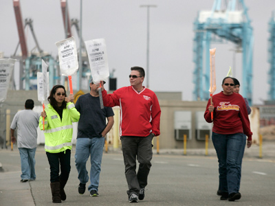 Members of the International Longshore and Warehouse Union Local 63 Office Clerical Unit walk a picket line during a strike near APM Terminals in Los Angeles, California December 2, 2012 (Reuters / Jonathan Alcorn)