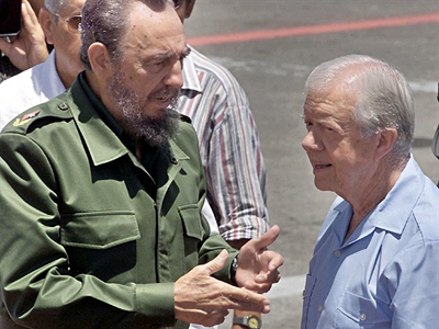 Cuban President Fidel Castro (L) speaks with former US President Jimmy Carter at the Jose Marti Airport in Havana, Cuba, 17 May 2002 (AFP Photo / Adalberto Roque)