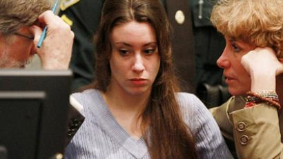 Casey Anthony (C) sits with her attorneys Cheney Mason (L) and Dorothy Clay Sims (AFP Photo / Getty Images)