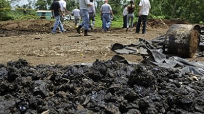 Representatives of US company Chevron and journalists visit an oil waste pool in the well Shushufindi 38, drilled in the 70's by Texaco company, on March 14, 2010 in Shushufindi, Orellana, Ecuador (AFP Photo / Rodrigo Buendia)