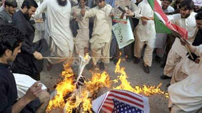 Pakistan, Quetta : Activists of the Pakistani political party Tehreek-i-Insaaf (Movement for Justice) torch a US flag and an effigy of CIA contractor Raymond Davis during a protest in Quetta on March 18, 2011.  (AFP Photo / Banaras Khan)