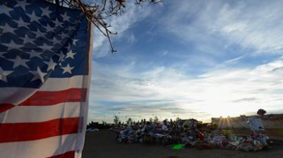 United States, Aurora: People continue to visit the roadside memorial set up for victims of the Colorado theater shooting massacre across the street from Century 16 movie theater July 29, 2012 in Aurora, Colorado. (AFP  Photo / Kevork Djansezian)