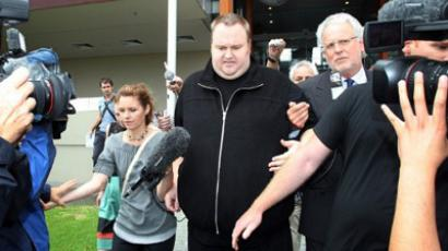 Kim Dotcom (C) leaves court in the North Shore court in Auckland (AFP Photo / Michael Bradley)