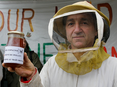 A beekeeper holds a jar of honey from Spain as he demonstrates in front of French Monsanto headquarters in Bron (Reuters / Robert Pratta)