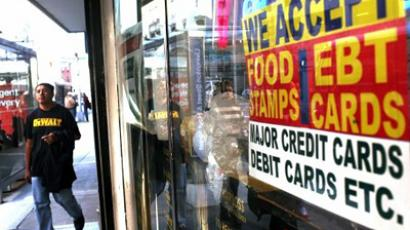 United States, New York: A sign in a market window advertises the acceptance of food stamps on October 7, 2010 in New York City. (AFP Photo / Spencer Platt)