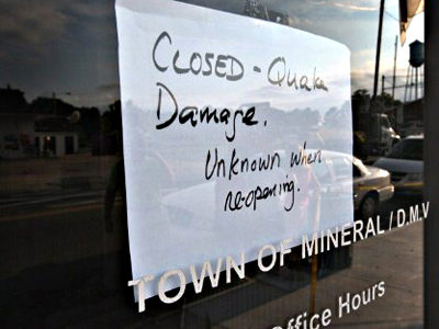 United States, Mineral:  A sign on the door lets visitors know that City Hall, which shares a building with the local DMV office, was closed after the building was damged by yesterday's 5.8 earthquake August 24, 2011 in Mineral, Virginia. (AFP Photo / Scott Olson)