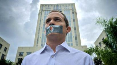 Orlando : ORLANDO, FL - JULY 7: A heart lies at the center of the taped mouth of Edward Mehnert, 26, in sympathy for Caylee Anthony, the dead daughter of Casey Anthony, after Anthony was sentenced for lying to law enforcement July 7, 2011 in Orlando, Florida. (Roberto Gonzalez/Getty Images/AFP )