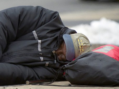 A homeless man sleeps in a park in Washington, DC (AFP Photo / Jim Watson)
