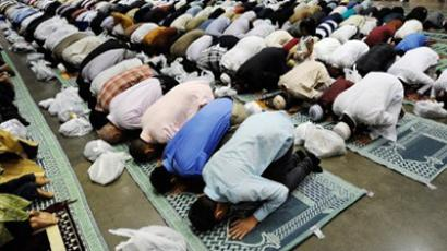 Muslims pray during a special Eid ul-Fitr morning prayer at the Los Angeles Convention Center on August 30, 2011 in Los Angeles, California (Kevork Djansezian / Getty Images / AFP)