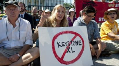 American actress Daryl Hannah (C) sits in front of the White House in Washington, DC, August 30, 2011, during a protest against the construction of the Keystone XL pipeline (AFP Photo / Saul Loeb)