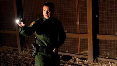 A member of the US Border Patrol searches for illegal inmigrants in El Paso, Texas (AFP Photo / Jesus Alcazar)