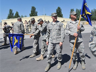 KYRGYZSTAN, MANAS : US soldiers participate in a change of command ceremony for the 376th Air Expeditionary Wing at the Manas air base (AFP Photo / Vyacheslav Oseledko)