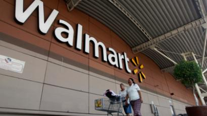 Shoppers cart their purchases from a Wal-Mart store (Reuters / Edgard Garrido)