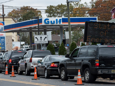 Cars wait in line for fuel at a Gulf gas station in Fort Lee, New Jersey (AFP Photo / Brendan Smialowski)