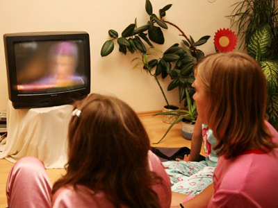 Children watch TV (AFP Photo / Markus Leodolter)