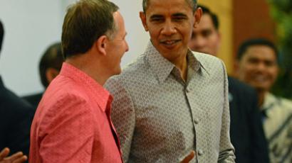 Barack Obama (R) speaks to New Zealand's Prime Minister John Key (AFP Photo / Christophe Archambault)