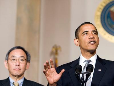 U.S. President Barack Obama (R) speaks next to U.S. Secretary of Energy Steven Chu in the Grand Foyer of the White House in Washington (Reuters / Larry Downing)