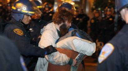 San Francisco Police officers remove a protester at the Occupy San Francisco encampment (AFP Photo / Kimihiro Hoshino)