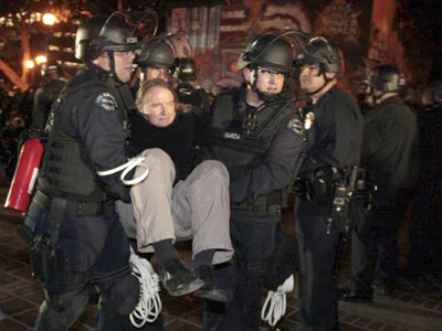 United States, Los Angeles: A protester is arrested as Los Angeles police officers dismantle the Occupy LA encampment outside City Hall in Los Angeles November 30, 2011. (AFP Photo / Lucy Nicholson)