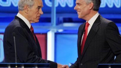 Texas Rep. Ron Paul (L) shakes hands with former Utah governor Jon Huntsman (R) (AFP Photo / Mandel NGAN)