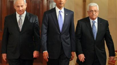 US, Washington: President Barack Obama (C) walks with Prime Minister Benjamin Netanyahu of Israel (L) and President Mahmoud Abbas of the Palestinian Authority. (AFP Photo / Tim Sloan)