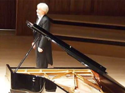 Polish pianist protests US policy on stage