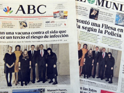 Spain, Madrid : A picture taken on September 25, 2009 shows two frontpages of Spanish newspapers displaying a White House photo of US President Barrack Obama and his wife Michelle posing with Spanish Prime Minister Jose Luis Rodriguez Zapatero (AFP Photo / Dominique Faget)