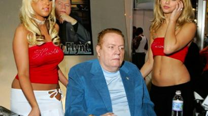 Hustler magazine publisher Larry Flynt (C), flanked by Hustler contract girls Memphis Monroe (L) and Joey (R), signs autographs at the Hustler booth at the Adult Video News Adult Entertainment Expo (Ethan Miller / Getty Images / AFP)