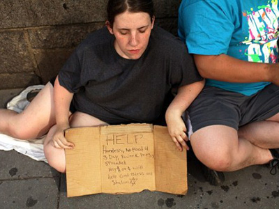 A homeless woman panhandles on the street in New York City (Spencer Platt / Getty Images / AFP)