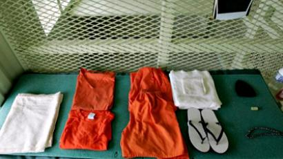 Cuba, Guantanamo Bay : A uniform and other supplies that are given to detainees lie on a bed in a cell at Camp Delta at Guantanamo Naval Base 23 August, 2004 in Guantanamo, Cuba. ( AFP Photo / Mark Wilson)