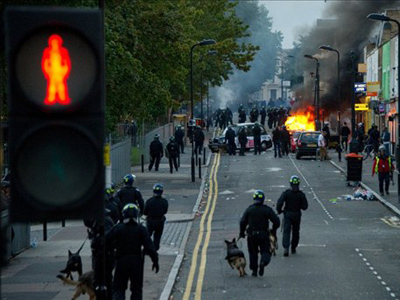 Riot police tackle a mob after a number of cars are set alight in Hackney, north London on August 8, 2011 (AFP Photo / Leon Neal)